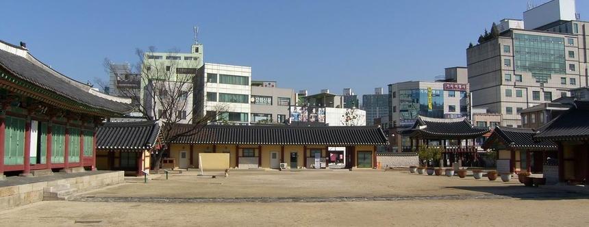 감원 감영의 정문인 포정루를 바라본 모습으로 왼쪽부터 선화당, 내아, 행각(관리사), 포정루, 중삼문이 자리하고 있다.