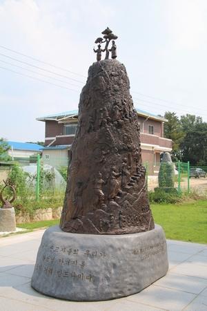 원뿔 모양의 순교자 신앙비. 맨 위에 성 조화서 베드로와 성 조윤호 요셉상이 소나무 좌우에 세워져 있다.