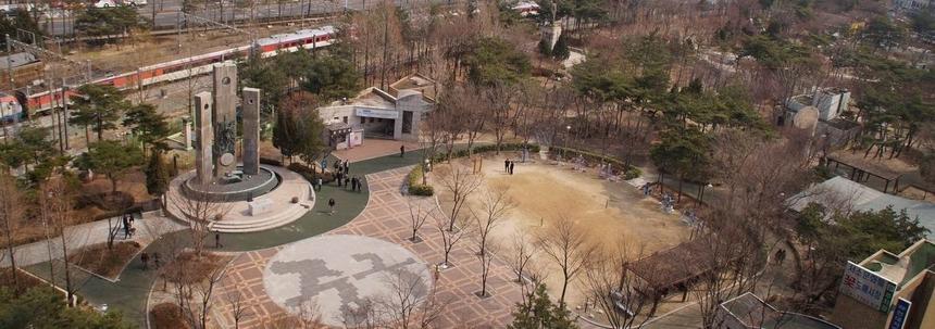 서소문 역사공원으로 개발되기 이전 서소문 공원의 순교자 현양탑과 주변 풍경.