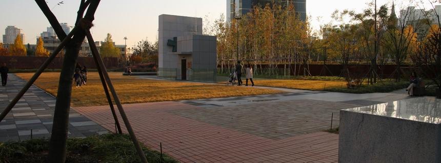 순교의 현장이자 시민들의 휴식 공간으로 거듭난 서소문 역사공원 내 야외제대에서 바라본 서소문 밖 연대기 조형물 모습.
