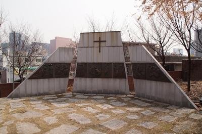 중림동약현 성당 내에 있는 서소문 순교 기념탑.