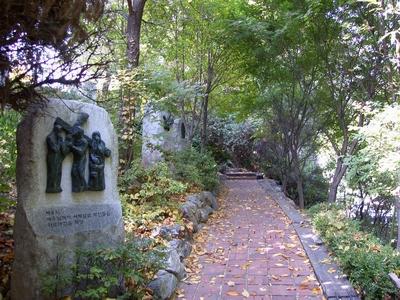중림동약현 성당 언덕에 조성된 십자가의 길.